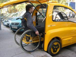 Sabemos que os carros elétricos serão o futuro em alguns países já há produção deles, mas você conhece um carro elétrico adaptado para quem tem mobilidade reduzida? A empresa Community Cars, localizada no estado de Indiana nos Estados Unidos, criou o Kanguru, veículo 100% elétrico especial para pessoas com mobilidade reduzida e que usam cadeiras de rodas. O design é compacto, pode levar uma pessoa com conforto, velocidade máxima de 45km/h, autonomia de aproximadamente 100 quilômetros e o carregamento total é feito em oito horas. FOTO CARRO Para entrar, uma porta única abre para cima, aparece uma rampa e o motorista acessa o veículo. Dentro dele há um guidão para a pessoa realizar todas as funções necessárias com as mãos: acelerar, frear, seta etc. Segundo a empresa, como ele é pequeno não é necessária uma carteira de motorista diferente. O preço em média é de US$ 25 mil (cerca de R$ 134 mil).