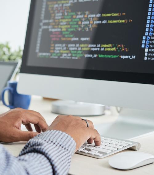 Desenvolver o próprio software ou contratar um pronto? Veja o que é mais vantajoso