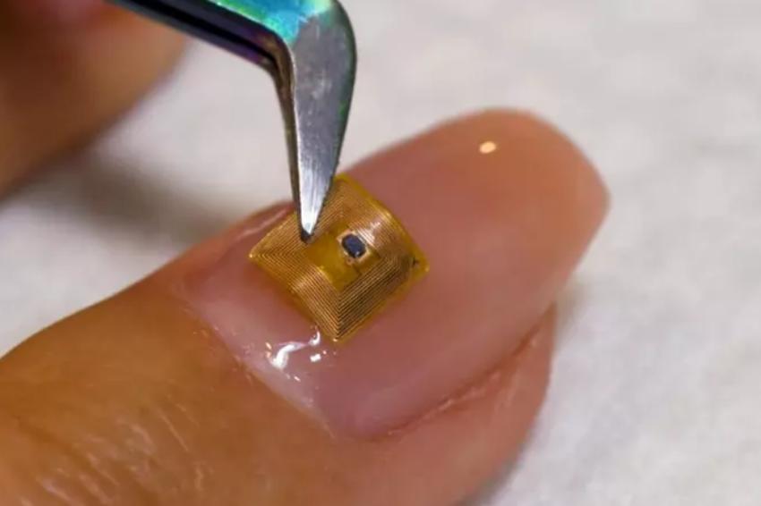 Salão oferece microchip para unhas em Dubai